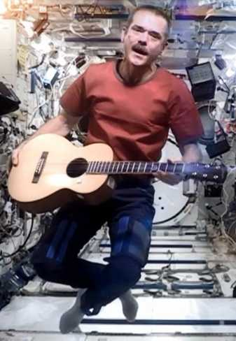 Chris_Hadfield_singing_in_space